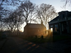 Mariakerk bij zonsondergang. Klokluiden