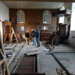 Meubelmakers Polhuijs en Meulenbeek halen al het meubilair naar hun werkplaats in Spijk voor restauratie