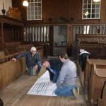 De medewerkers van aannemer Vuurboom bespreken de tekeningen van architect Holsteijn. november 2014