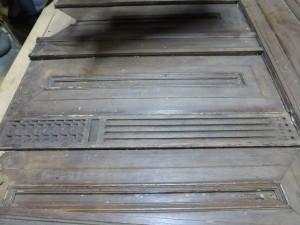 Verrassing: onder 20e eeuwse panelen komt 17e eeuws snijwerk tevoorschijn
