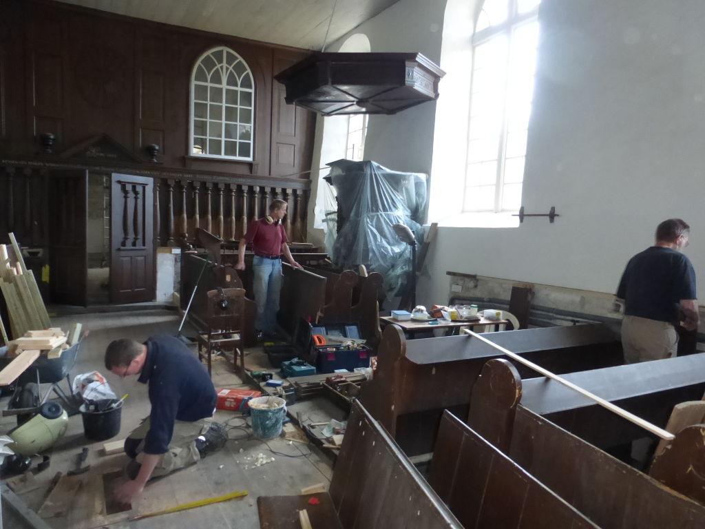 De meubels zijn weer terug uit de werkplaats van Polhuijs in Spijk. Passen en meten: precisiewerk