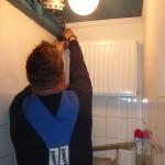 We krijgen een luxe wc-tje, met verwarming! Harry Antonissen legt heel de nieuwe verwarming aan.