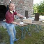 Ook de plankjes van de restauratie in 1907, gevonden achter de lambrisering, met de namen van de timmerlui van toen: Wiers, en Gebr. Stel, worden tegen houtworm beschermd en teruggeplaatst.