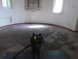 Eerste schoonmaak van de kerk door Fa. Zeeman Het begin erop te lijken