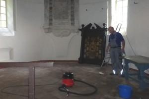 De kerk wordt schoongemaakt door Fa. Zeeman uit Adorp..