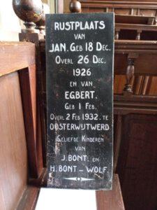 Vervanging van een oude letterplaat op het kerkhof bij de kerk in Oosterwijtwerd